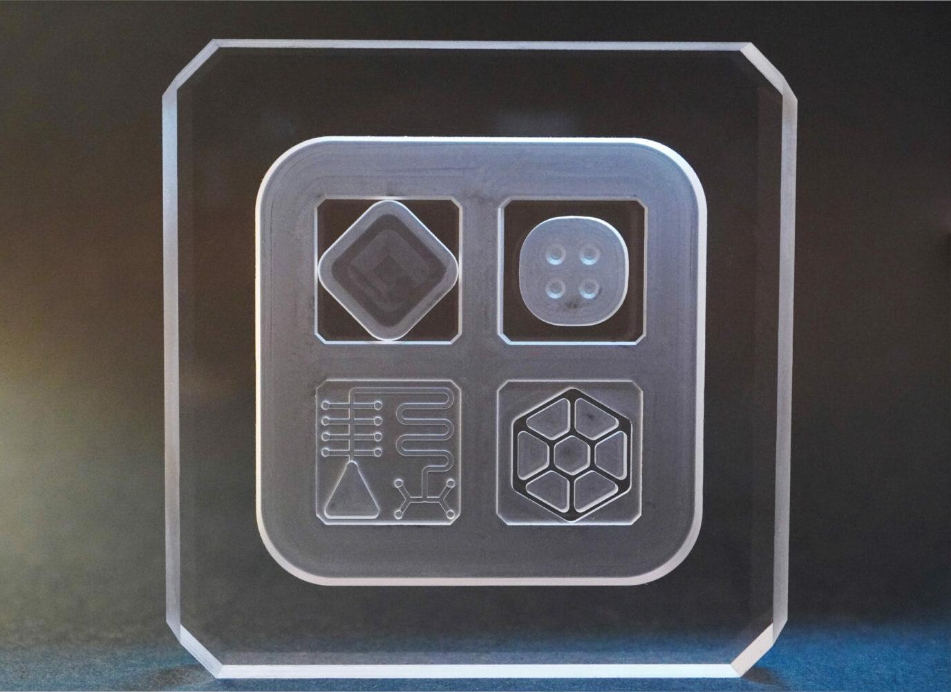 Demonstrator aus Glas zeigt Mikrofluidik, Leichtgewichts-Strukturen, Mikrolinsen
