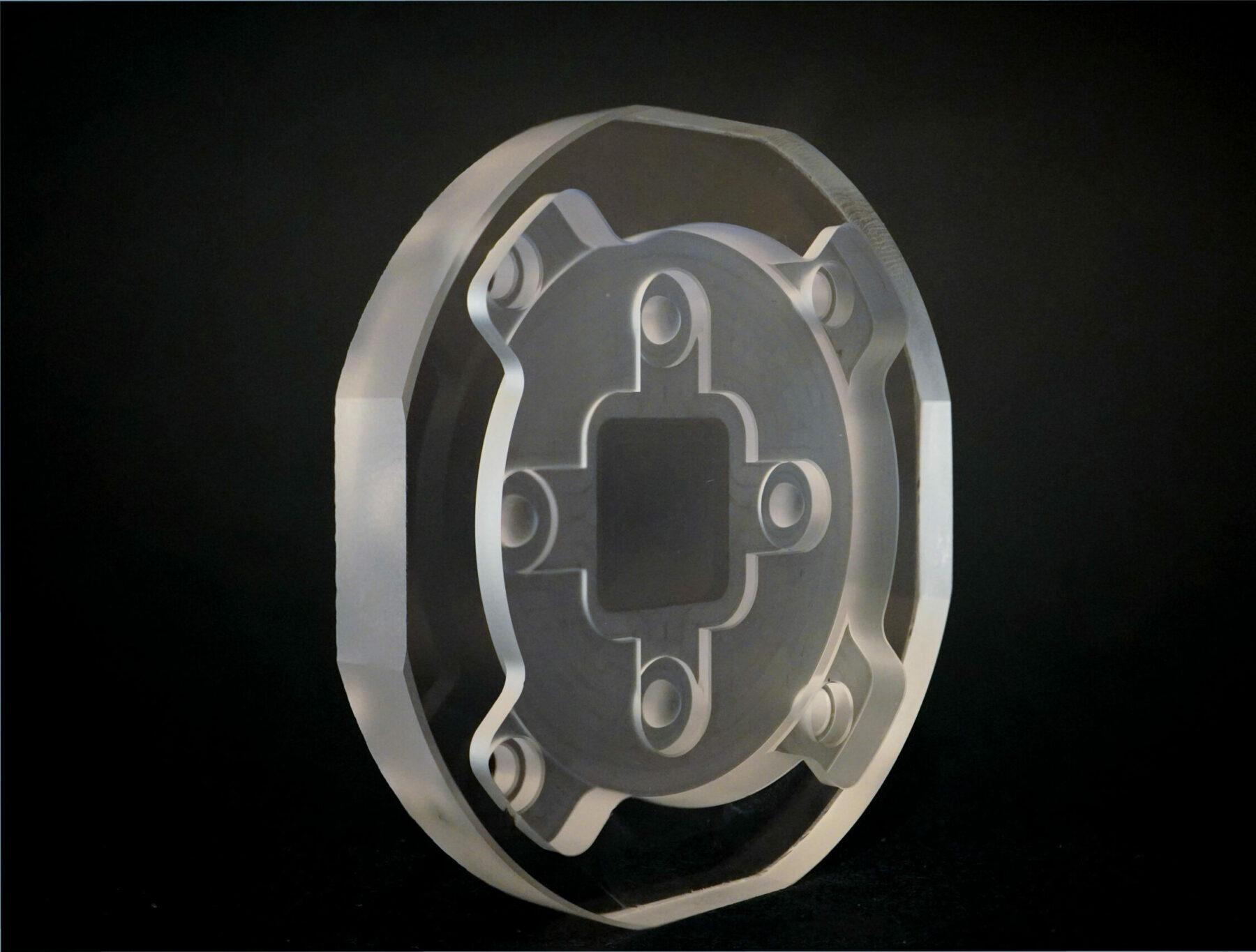 Sensoroptik aus Glas mit integrierten Befestigungsgeometrien
